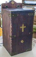 Кружка для сбора пожертвований, квадратная, дерево, металл, с литым крестом.